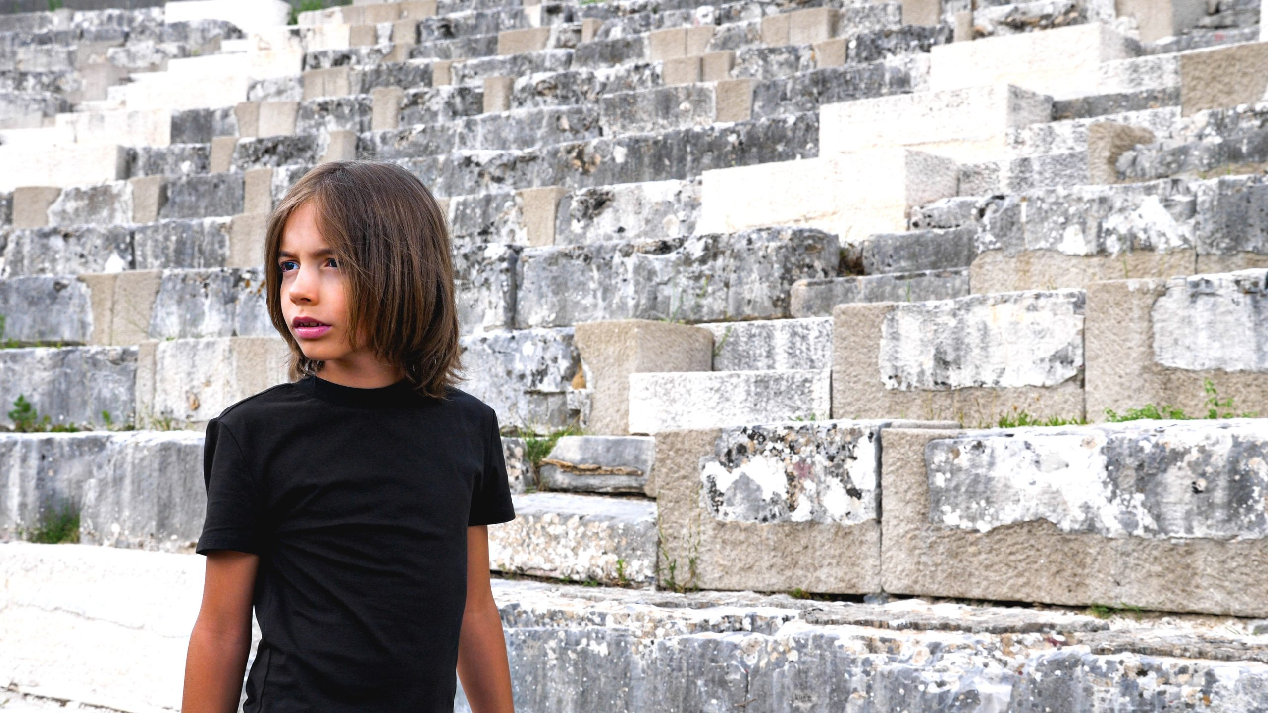 """Ο Στέλιος Κερασίδης διασκευάζει το """"Γιάννη μου το μαντήλι σου"""" στο αρχαίο θέατρο της Δωδώνης - Δείτε το επικό video"""