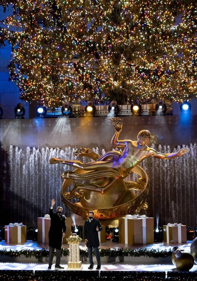 Το πιο διάσημο χριστουγεννιάτικο δέντρο του κόσμου άναψε και φέτος- Γιορτινές εικόνες από τη Νέα Υόρκη