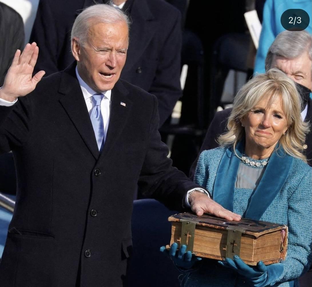 Ο Τζο Μπάιντεν είναι ο 46ος πρόεδρος των Ηνωμένων Πολιτειών και ορκίστηκες σε μία λαμπερή τελετή που δεν έλειψαν οι λαμπερές παρουσίες οι οποίες τράβηξαν τα Φλας των φωτογράφων και τα βλέμματα εκατομμυρίων ανθρώπων σε όλο τον πλανήτη.
