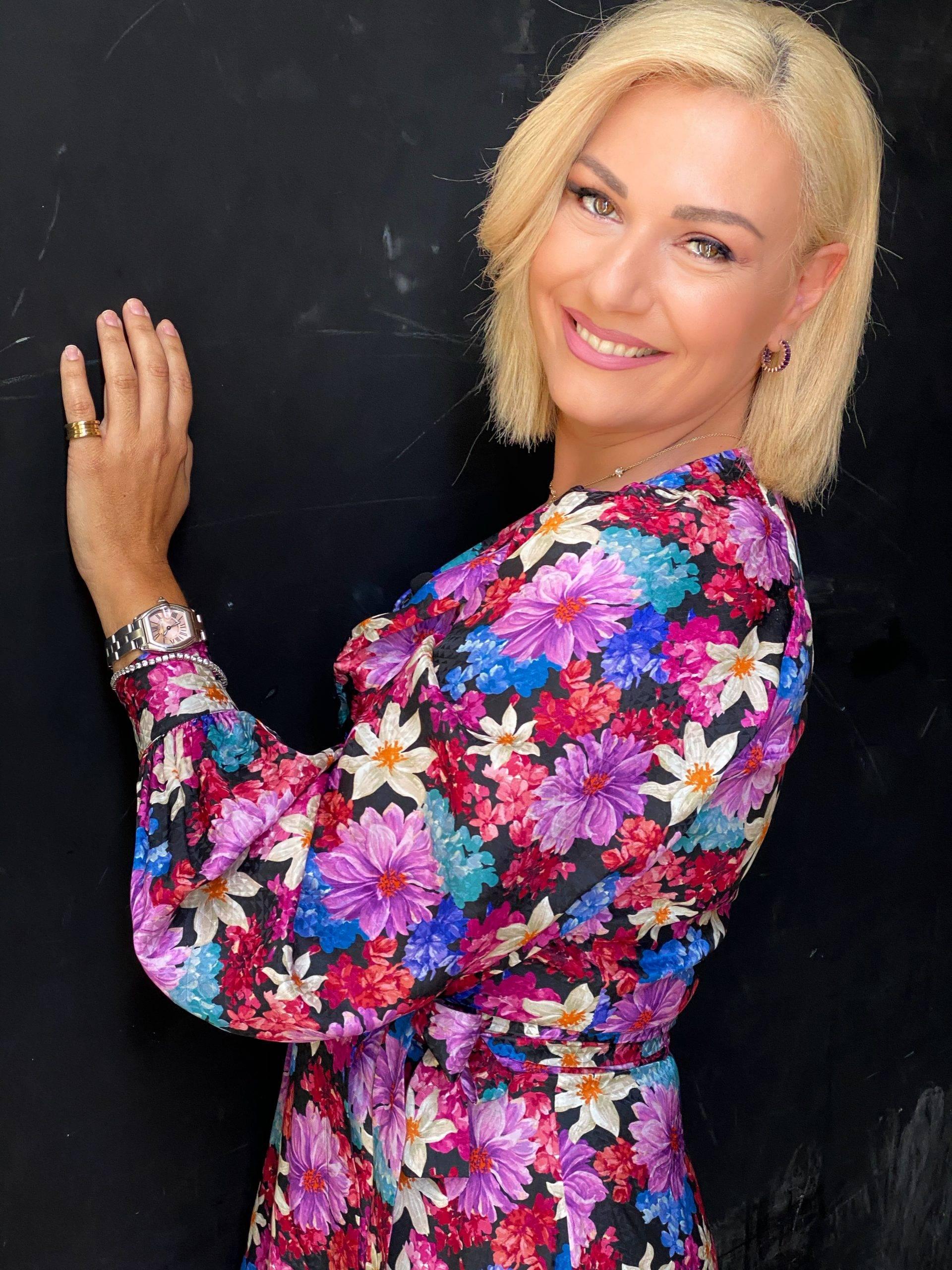 για την ζωή της, την επαγγελματική της καριέρα, τα φοιτητικά χρόνια στην Αγγλία , την γνωριμία της με τον σύζυγό της και την φιλία τους με το ζεύγος Ρουσόπουλου.