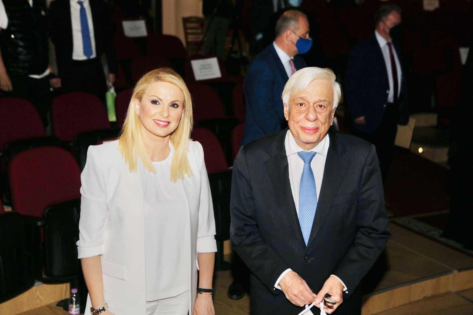 Η συντονίστρια και δημοσιογράφος Μάγδα Τσέγκου με τον τέως Πρόεδρο της Ελληνικής Δημοκρατίας και Ομότιμο Καθηγητή της Νομικής Σχολής του Εθνικού Καποδιστριακού Πανεπιστημίου Αθηνών κ. Προκόπιο Παυλόπουλο